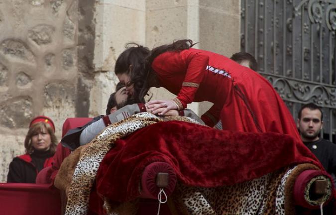Isabel de Segura besa a Diego de Marcilla muerto